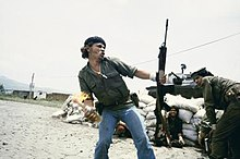 Man in Nicaragua molotovcocktail gooien.
