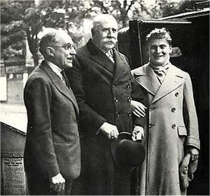 Fred Gaisberg - Gaisberg (l) with Sir Edward Elgar and Yehudi Menuhin outside the EMI Abbey Road studios after the recording of Elgar's Violin Concerto in 1932.