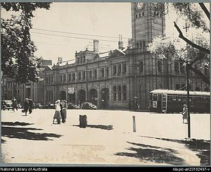 Trams in Hobart - A Single Bogie number 125 Hobart tram turns the corner from Macquarie Street to Elizabeth Street in front of the Hobart GPO.