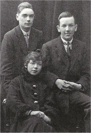 Esmé Wynne-Tyson - Esmé Wynne-Tyson in 1916 with fellow actors, John Ekins (l.) and Noël Coward