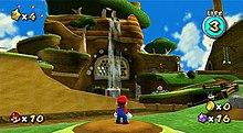 Tässä kuvakaappauksessa Mario seisoo vihollisten ja esteiden reunustaman rinteessä.  Pelin käyttöliittymässä näytetään kerätty Power Stars -määrä, elämämittari, kolikoiden ja tähtibittien määrä sekä elämien määrä