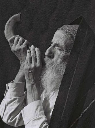 Jews - Yemenite Jew blows shofar, 1947