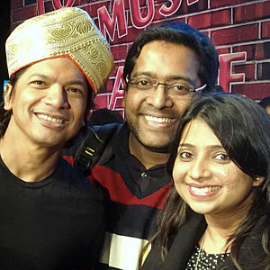 Shaan (singer) - Shaan(left), honored with a famous Mysuru peta (turban), with a couple of fans at Alive India in Concert (Bangalore), Dec 2015