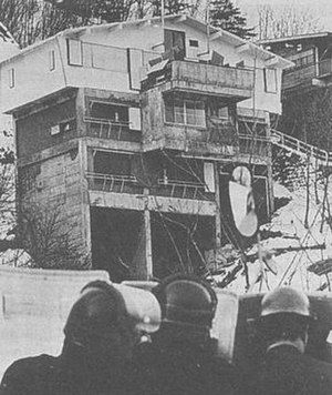 Asama-Sansō incident - The Asama-Sansō lodge surrounded by police during the incident