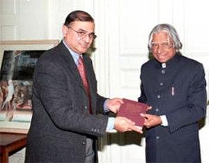 Sunil Sahu - Professor Sunil Sahu (left) presenting his book to Indian President A.P.J. Abdul Kalam in 2003