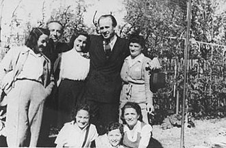 Schindlerjuden - Oskar Schindler (second from the right) poses with a group of Jews he rescued during the Holocaust. The picture was taken in 1946, one year after the war ended.