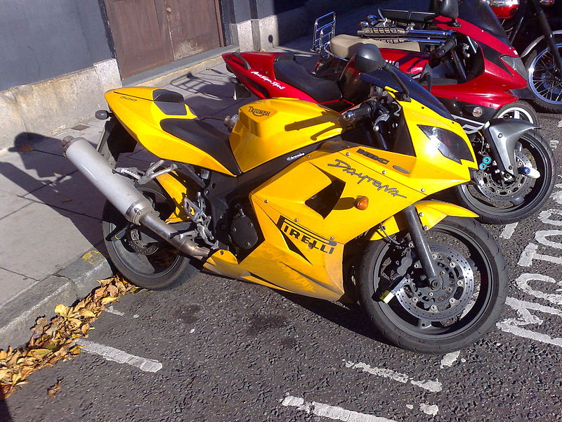 File:Triumph Daytona 600 Side View On Street.jpg