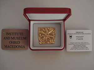 Institute for Protection of Cultural Monuments and National Museum - Golden application with the Ancient Macedonian sun with 8 rays from Ohrid, 5th century BC incl. a certificate from the Institute for Protection of Cultural Monuments and the National Museum, Ohrid.