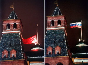A bandeira soviética sendo baixada do Kremlin de Moscou e substituída pela bandeira da Rússia