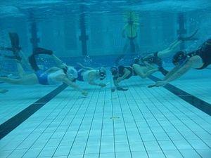 Underwater hockey - Going for strike