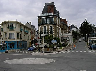 Dinard - Dinard's town center with its roundabout around which are several restaurants and pubs, a hotel and a cinema