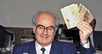 Nikola Kljusev - Nikola Kljusev as prime minister promoting the first Macedonian currency in 1992