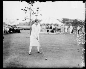 Mrs. Lee Mida - Mida playing a round of golf (1926)