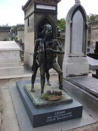 César Baldaccini - Grave of Baldaccini in Montparnasse cemetery, Paris, incorporating one of his sculptures