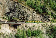 zdjęcie pociągu przekraczającego granicę USA-Kanada