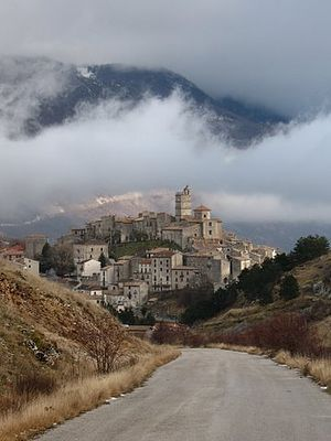 The American (2010 film) - View of the village of Castel del Monte (Abruzzo)