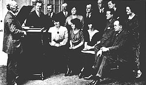 Bessie Jones (Welsh singer) - Bessie Jones (seated at left) at a recording session for The Pirates of Penzance in 1920