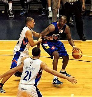 2010–11 PBA season - Marcio Lassiter guarding Kobe Bryant during the Smart Ultimate All-Star Weekend
