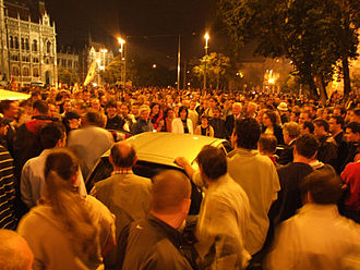 2006 protests in Hungary - Protesters listening to the radio – 0:04am, 18 Sep 2006