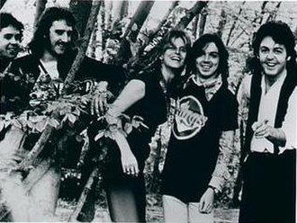 Paul McCartney and Wings - Wings, 1975. L–R: Joe English, Denny Laine, Linda McCartney, Jimmy McCulloch and Paul McCartney.