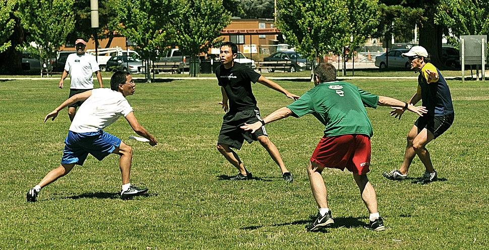 Three-man cup defense in ultimate.jpeg
