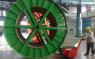 Electric tug - Electric tug moving a heavy cable drum