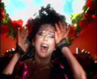 """Dov'è l'amore - Cher in the music video for """"Dov'è l'amore""""."""