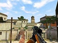 Capturas de tela a partir de uma perspectiva de primeira pessoa, mostrando o personagem do jogador em uma missão, olhando para fora de uma janela, em um hotel do outro lado da rua em Marrocos.  Um assassino pode ser visto em um telhado, se preparando para assassinar uma pessoa.
