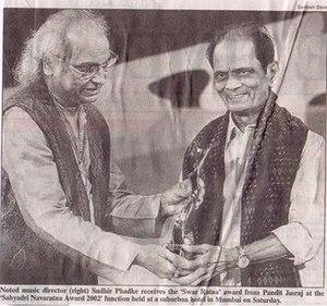 Sudhir Phadke - Sudhir Phadke receiving 'Sahyadri Swara Ratna Puraskar' from Pt. Jasraj in 2002