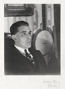 Juan Gris, 1922, foto de Man Ray, Parizo. Gelatena arĝenta print.jpg