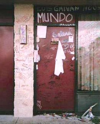 Murder of Selena - Graffiti left by fans of Selena at the door the day she was shot