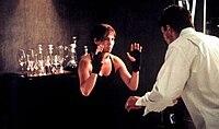 Kobieta z podniesionymi rękami i otwartymi dłońmi, gotowa do walki z mężczyzną