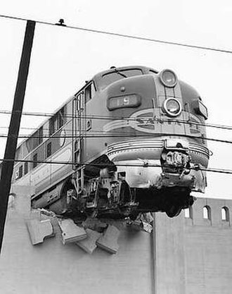 El Capitan (train) - Image: AT&SF train 19 crashing through a retaining wall at Los Angeles Union Station