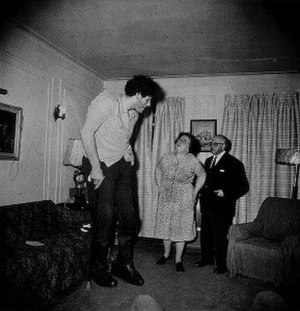 Diane Arbus - Eddie Carmel, Jewish Giant, taken at Home with His Parents in the Bronx, New York, 1970