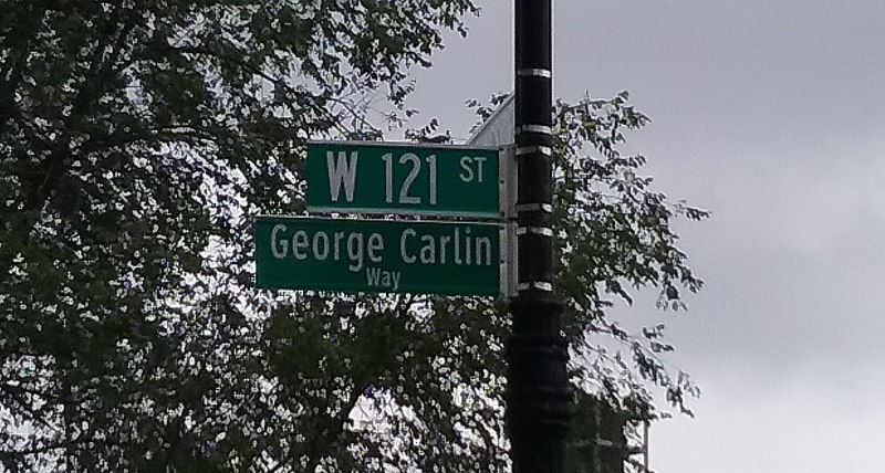 File:GeorgeCarlinWay.jpg Description George Carlin Way, taken at the intersection of West 121st Street and Morningside Drive in the Morningside Heights neighborhood of Manhattan, New York City
