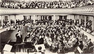 Interior de la sala de conciertos llena durante un concierto