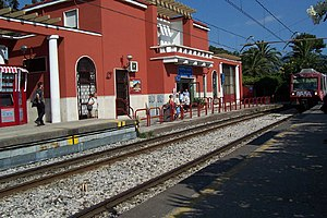 Narrow-gauge railways in Italy - A Naples Circumvesuviana train arrives at Pompei-Scavi in 2004