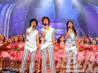 Super Girl (TV series) - The final three contestants of the 2005 Super Girl competition. From left to right: Bibi Zhou, Li Yuchun, and Zhang Liangying.