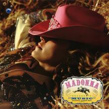 Nahaufnahme von links von Madonna, die sich auf einen Heuballen legt, wobei ihr Gesicht teilweise von einem rosa Cowboyhut bedeckt ist.  Der Name des Liedes und des Künstlers steht in einem kleinen Kästchen unten rechts auf beiden Seiten eines Symbols eines reitenden Cowboys.