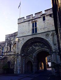 A entrada para a Escola do Rei, Canterbury.jpg