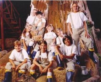 Chiquititas - The granary orphans in the fifth season, where the storyline was rebooted. Camila Bordonaba, Santiago Stieben and Benjamin Rojas remained in the cast, portraying new roles.