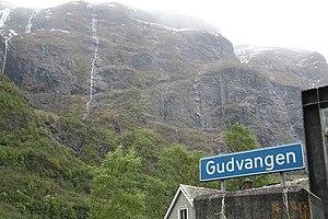 Gudvangen - Image: Gudvangen fjord wall