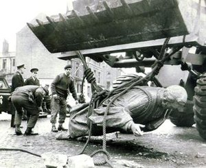 Hugh Hanna - Removal of the damaged statue in 1970.