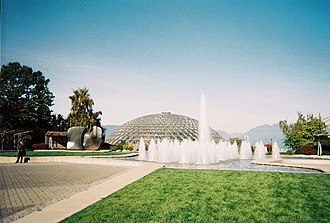 Bloedel Floral Conservatory - Image: Bloedel with fountains
