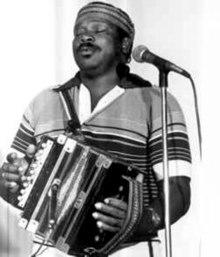 John Delafose jouant de l'accordéon, depuis un certain temps dans les années 1980