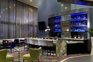 DoubleTree by Hilton Chicago Magnificent Mile - Image: Lobby bar and lounge inside dt mag mile