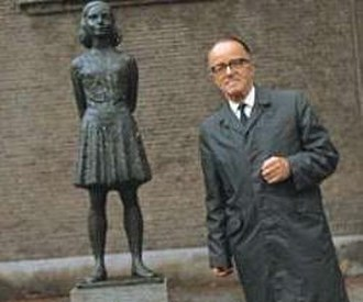 Victor Kugler - Victor Kugler with the statue of Anne Frank in 1975