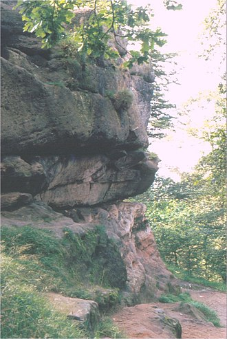 Geology of Alderley Edge - Castle Rock: showing the Engine Vein Conglomerate resting on the Wilmslow Sandstone