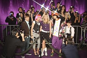 Hannah Montana (season 3) - Season 3 cast L-R: Jason Earles, Emily Osment, Miley Cyrus, Mitchel Musso, Moisés Arias