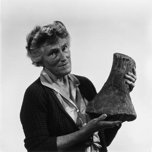 Joan Wiffen - Image: Joan Wiffen with fossil